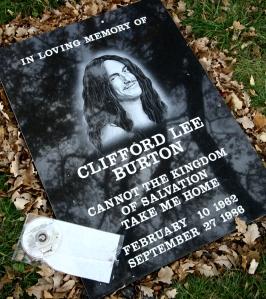 Lápida recordatoria a Cliff Burton en el lugar que perdió la vida.